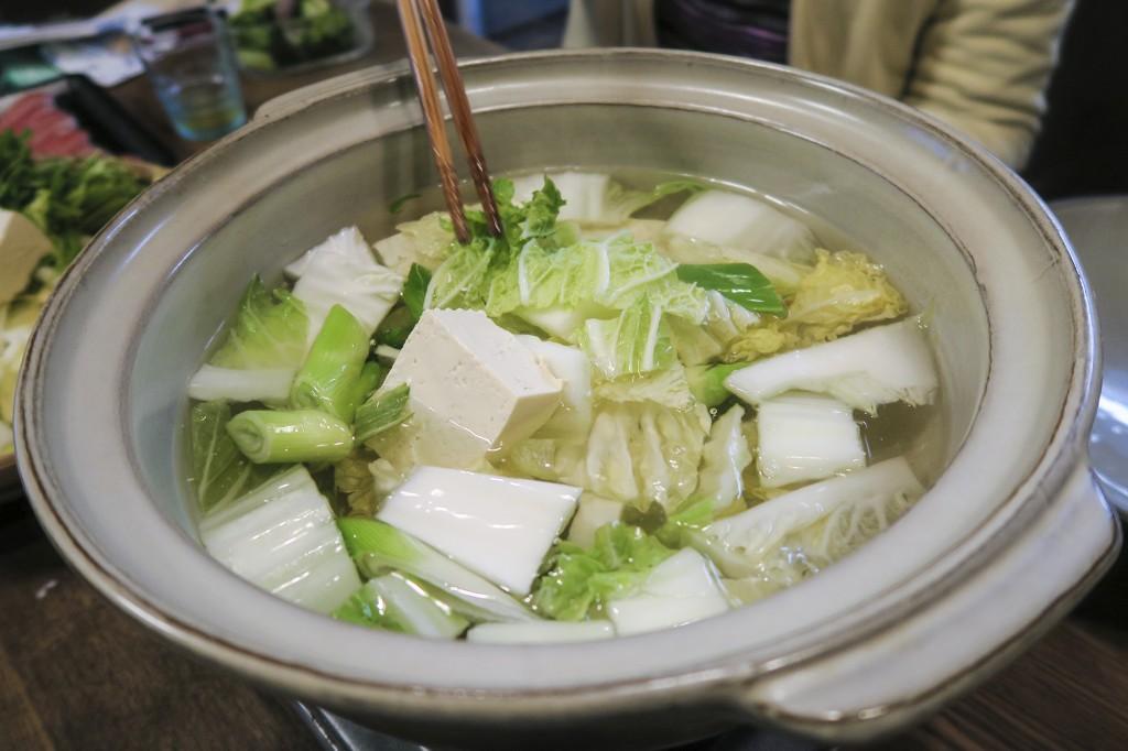 白菜、ねぎと豆腐を入れたら、蓋をして待つ。
